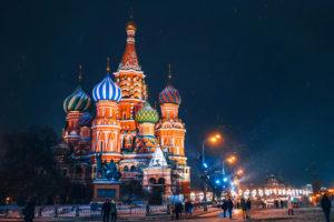 תרגום לרוסית: בתמונה קתדרלת בזיל הקדוש בכיכר האדומה במוסקבה בלילה מושלג
