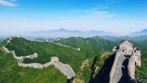 תרגום לסינית מחסום השפה בתמונה: החומה הסינית בין הרים ירוקים