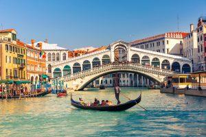 תרגום לאיטלקית: בתמונה: גונדולה ליד גשר ריאלטו בוונציה, איטליה