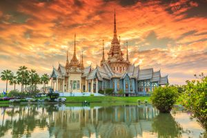 תרגום לתאילנדית בתמונה: וואט תאילנדי, שקיעה במקדש תאילנד,