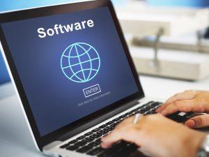 """שירותי תרגום טכני בתמונה: מחשב נייד מסך כחול עליו המילה """"תוכנה"""" באנגלית"""