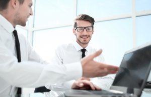 """בתמונה: יועץ עסקי העובד עם דו""""ח מחשבון ותכנית פיננסית במשרד. רואה חשבון"""